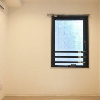【下階】小さな小窓が可愛らしい