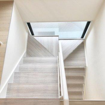 【上階】ホワイトアッシュの階段が柔らかい印象