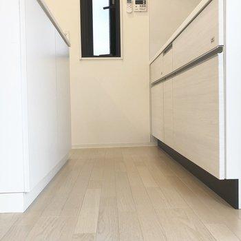 【上階】後ろの収納とのスペースも程よい