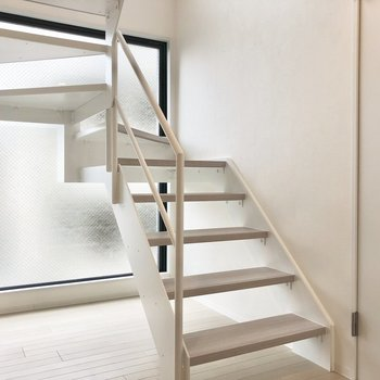 【下階】玄関入るとまず飛び込んでくる階段