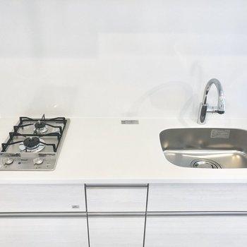 【上階】白くてお料理が映えそうなキッチン