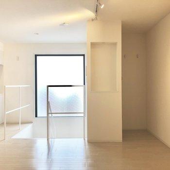 【上階】右奥にトイレがあります