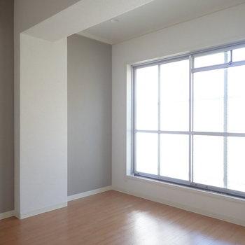 洋室です。上に大きな梁があります。