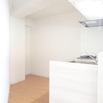 キッチンは妙に広いです。三角部分に冷蔵庫か。