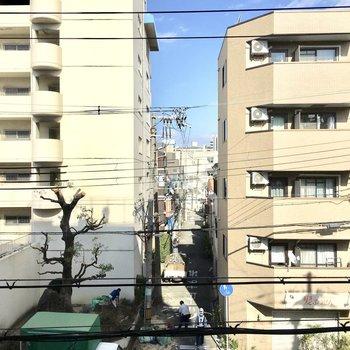 向かいのマンションと真っ直ぐ伸びる路地。