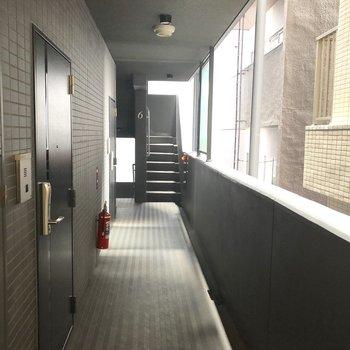 お部屋までの廊下は黒を基調としていてシックな印象。