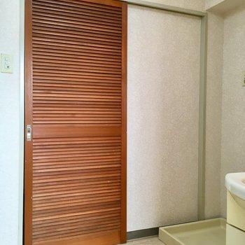 脱衣所の引き戸は木製でした。