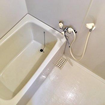 シンプルな白いお風呂。