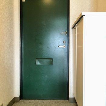 深緑色が落ち着く玄関。