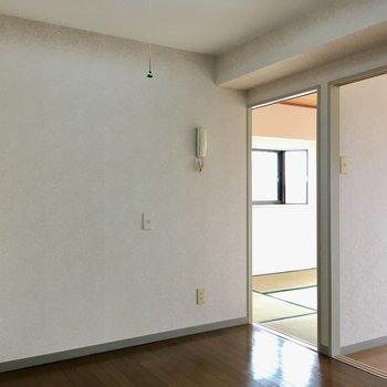 【DK】テーブルは壁にくっつけて置くと省スペースに。