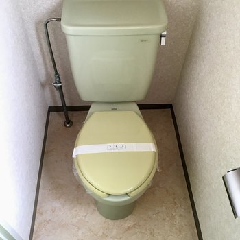 キミドリの扉の先はトイレ。トイレもほんのり色づいてます。