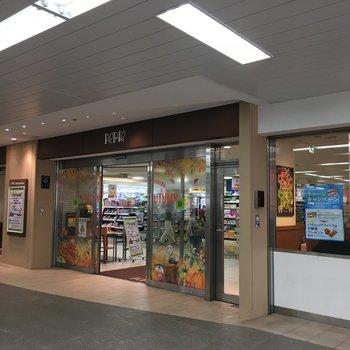 駅の改札出てすぐのところには、ショッピング施設が。
