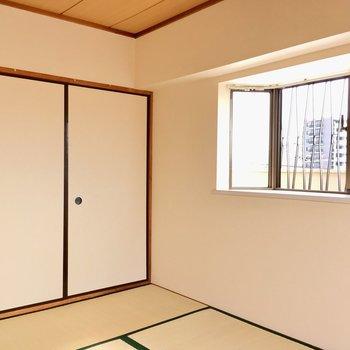 【和室】出窓もある2面採光です。
