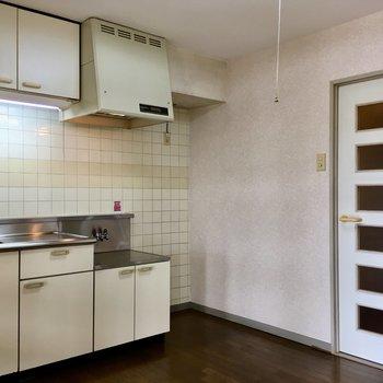 【DK】コンロの隣に冷蔵庫が置けます。