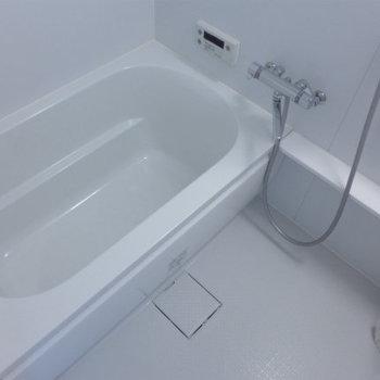 お風呂もピカピカ!広さもあります!(※写真は10階の同間取り別部屋のものです)