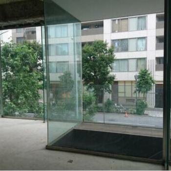この透明感。デッキと外部階段。