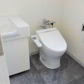 洗面台とウォシュレット付きトイレ