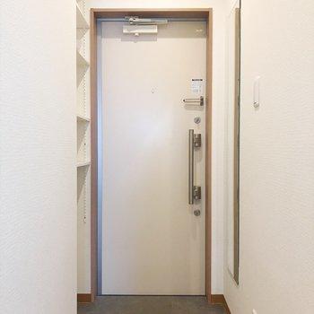 綺麗な玄関には全身鏡も付いてます♪