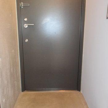 玄関も雰囲気を壊すことなくシンプルに