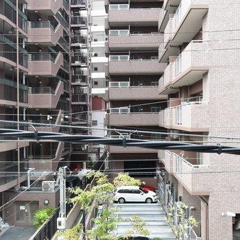 目の前には大きなマンションが立ち並ぶので眺望はいまいち…