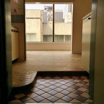 玄関はタイル張りでお洒落に。※同間取り別部屋のものです。