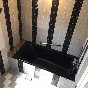 漆黒のお風呂でリッチなバスタイムを。※同間取り別部屋のものです。