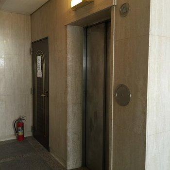 共有部】エレベーターホールはモダンレトロ。