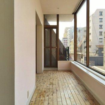このお部屋の中でいちばん窓際が好き。※同間取り別部屋のものです。