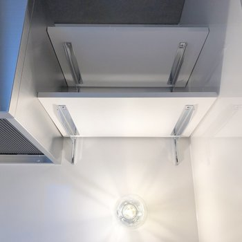 キッチンのライトもかっこいい。上部に可動棚も。