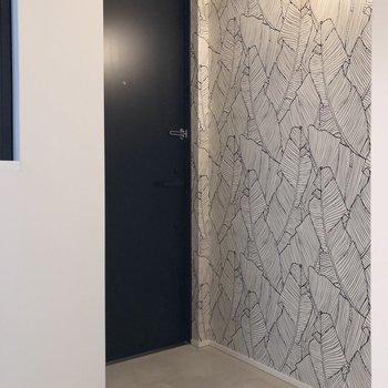 黒の玄関扉とアクセントクロスが、ぐっとモダンな雰囲気。