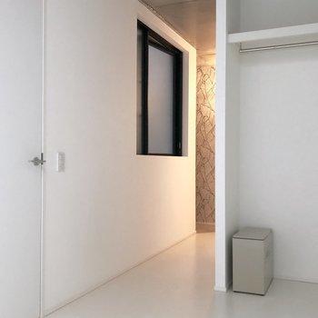 こちらの白いドアを開けると…