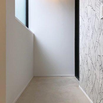 シンプルで広めな玄関。