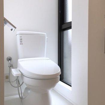 隣には、換気のできる窓があるトイレ。