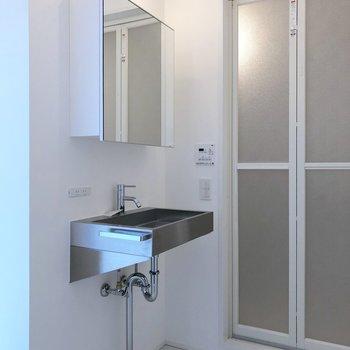 トイレ横に配管むき出しの洗面台。