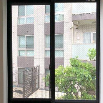 エアコン横の窓からの眺め。