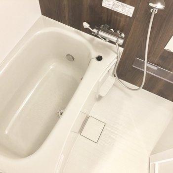 【上階】浴室はシックな色合い