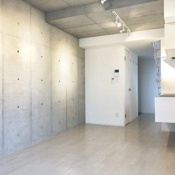 【下階】壁に合わせて大人っぽいソファを置きたい