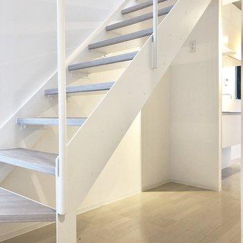 【下階】階段下のスペースにはスキー板なんかを置きたい