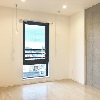 【上階】コンクリート打ちっぱなし側にベッドを置こうかな