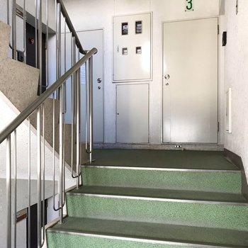 1フロアに2戸という贅沢なつくり。お部屋までは階段をのぼって