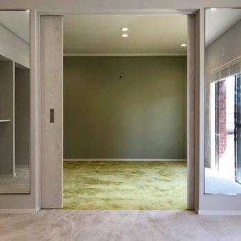 【南側】隣はグレーの絨毯。扉裏の鏡のおかげでさらに広く見えます(※写真は清掃前のものです)