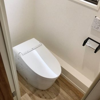 【南側】トイレには窓があります。タンクレスでスタイリッシュ(※写真は清掃前のものです)