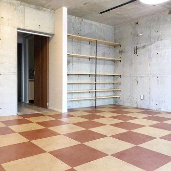 【北側】コンクリの中に、チェッカーフラッグ柄の床。ロカビリーな雰囲気(※写真は清掃前のものです)