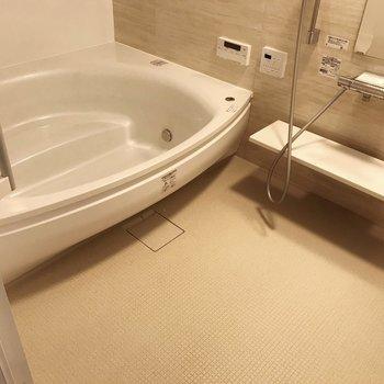 【南側】お風呂はとっても広々!(※写真は清掃前のものです)
