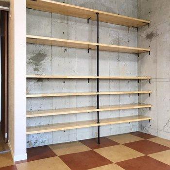 【北側】木製の棚がいいアクセントです(※写真は清掃前のものです)