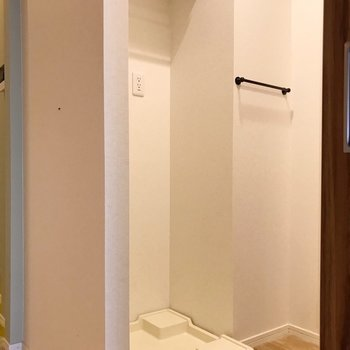 【南側】洗濯機上には棚とハンガーポールがあります(※写真は清掃前のものです)