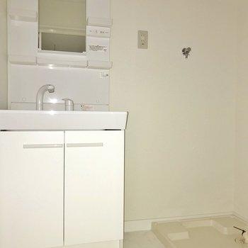 洗面台も新しく。朝の支度も気持ちよく♪(※フラッシュ撮影しています)