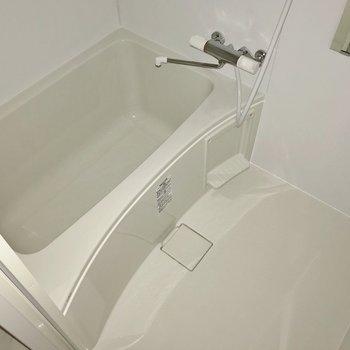 お風呂は少しコンパクト。でもサーモ水栓で使いやすそう(※フラッシュ撮影しています)