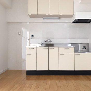 ピカピカのキッチン。隣に冷蔵庫が置けます。