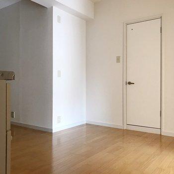 この白い扉はトイレです。